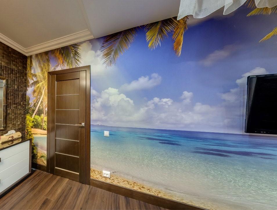 Коричневая дверь в комнате с фотообоями