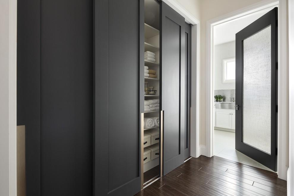 Интерьер коридора с темными дверями в стиле минимализма