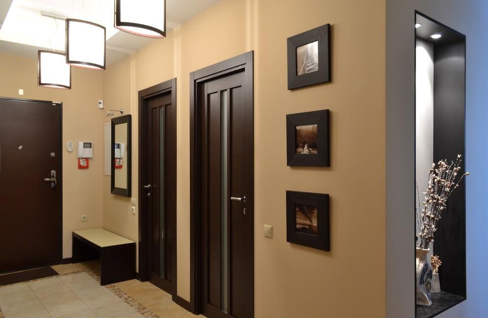 Темно-коричневые двери в просторной прихожей