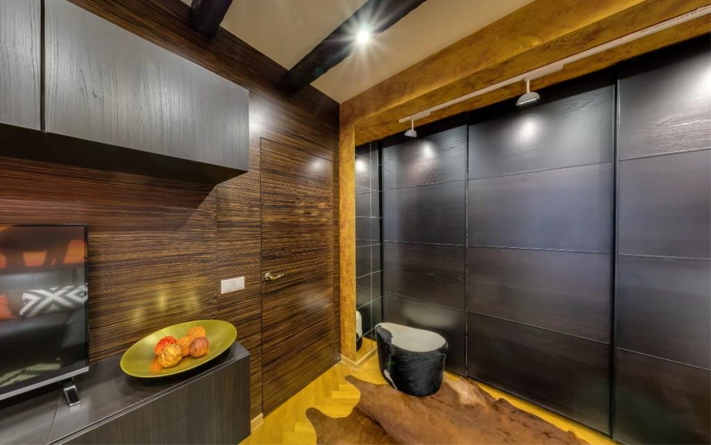 Ванная комната с темными раздвижными дверями