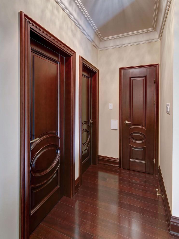 Деревянные двери темного цвета в узком коридоре квартиры