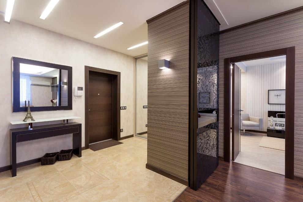 Дизайн большой прихожей с дверью темного цвета