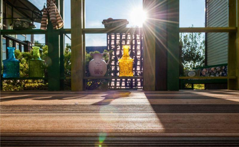 Пол из террасной доски на открытой веранде летней кухни