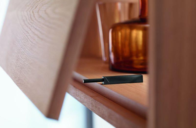 Накладной механизм Tip on внутри кухонного шкафчика