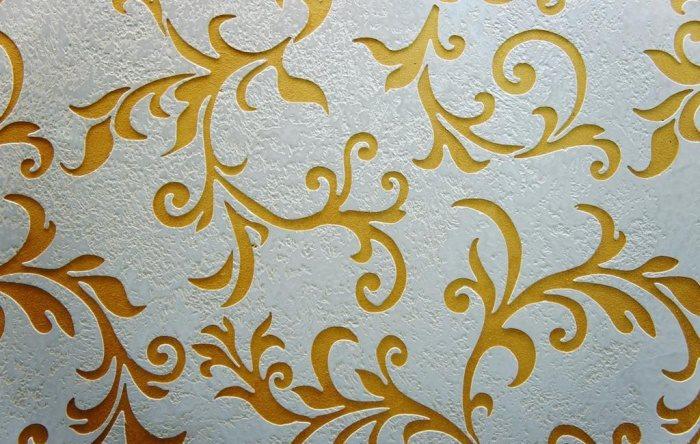 Трафаретное нанесение жидких обоев на стену