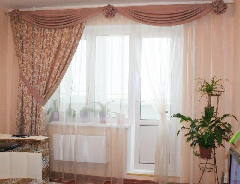 Оформление окна в маленькой гостиной