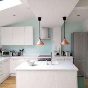 Белая кухня в мансарде частного дома