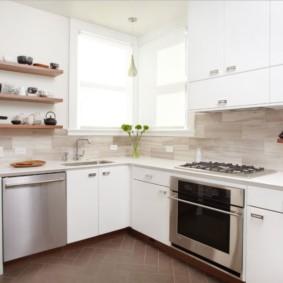 Белая мебель в кухне с угловыми окнами
