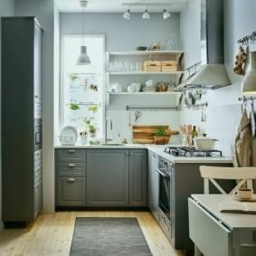 Деревенская кухня с деревянной мебелью