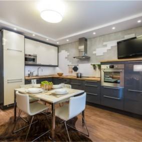 Просторная кухня с Г-образным гарнитуром