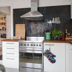 Серая мозаика на стене кухни