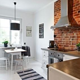 Кирпичная кладка в белой кухне