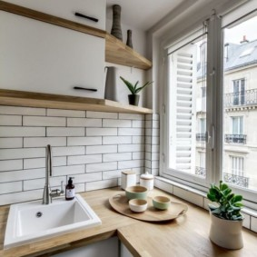 Деревянная столешница вместо подоконника на кухне городской квартиры