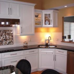Подсветка кухонной мойки углового типа