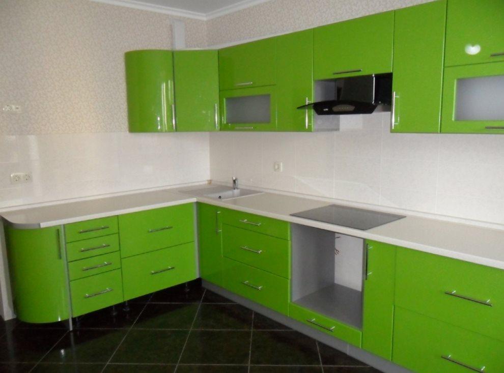 Г-образная кухня в зеленом цвете