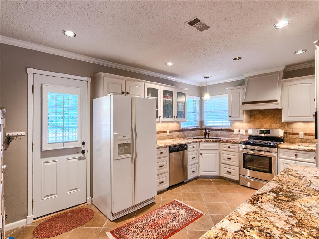угловая кухня с мойкой в углу декор фото