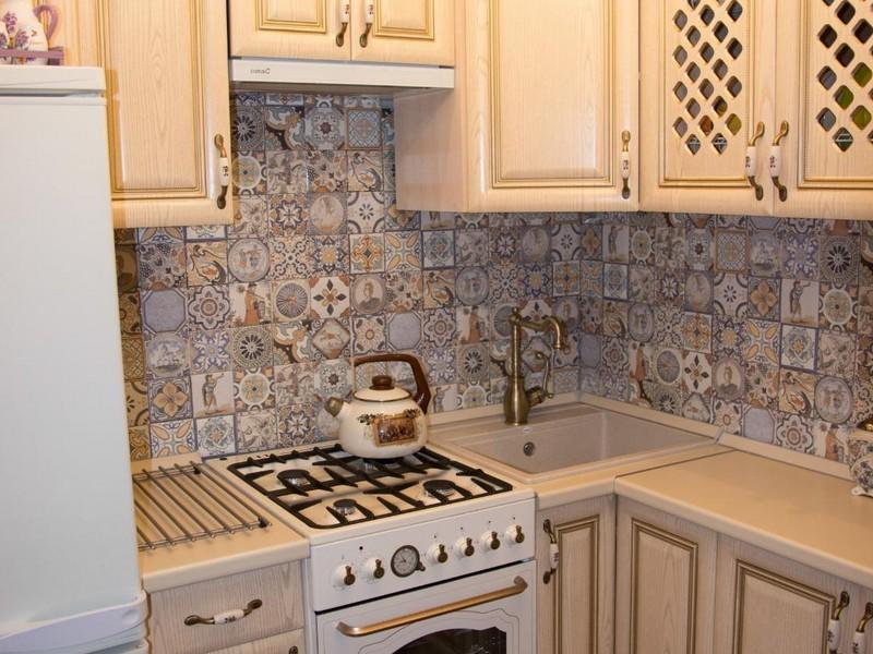 угловая кухня с мойкой в углу декор