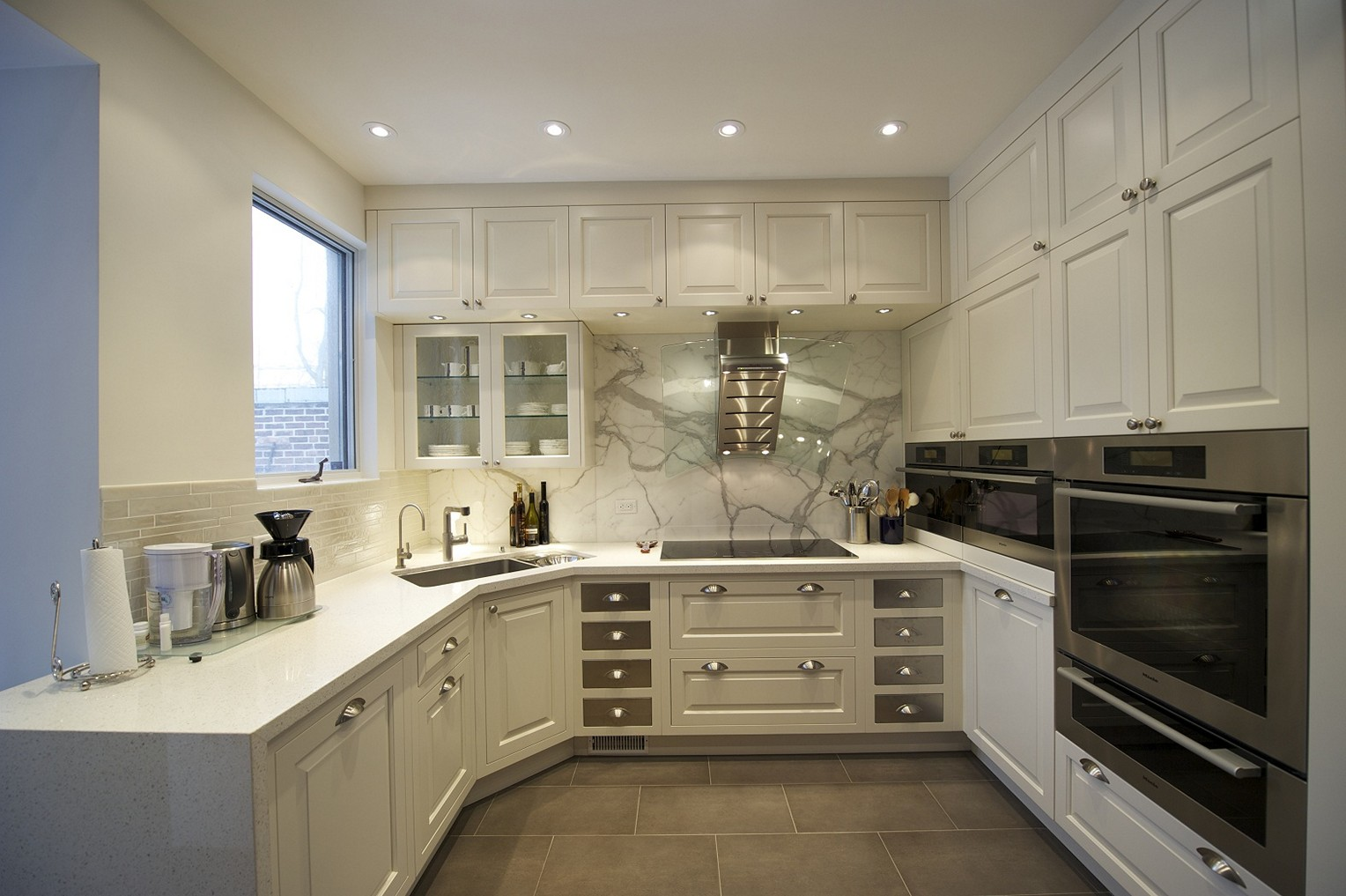 угловая кухня с мойкой в углу дизайн идеи