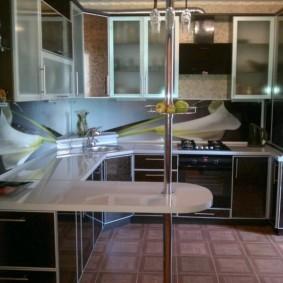 угловая кухня с мойкой в углу фото декора
