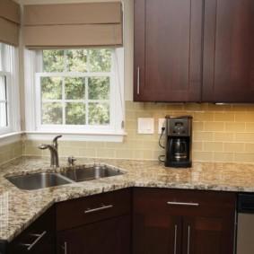 угловая кухня с мойкой в углу фото дизайна