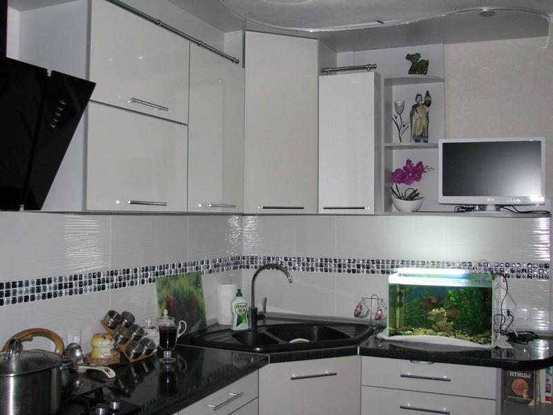 угловая кухня с мойкой в углу оформление идеи