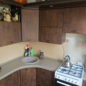 угловая кухня с мойкой в углу варианты фото