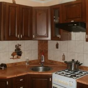 угловая кухня с мойкой в углу виды