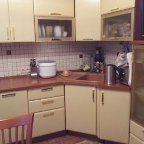 угловая кухня с мойкой в углу виды фото