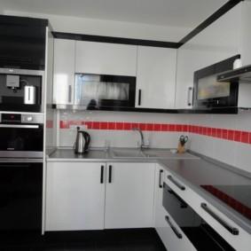 угловая кухня с мойкой в углу фото интерьер