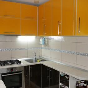 угловая кухня с мойкой в углу фото интерьера