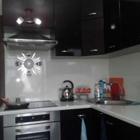 угловая кухня с мойкой в углу идеи