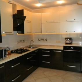 угловая кухня с мойкой в углу интерьер фото