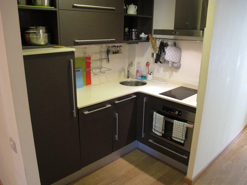 Г-образный гарнитур для маленькой кухни