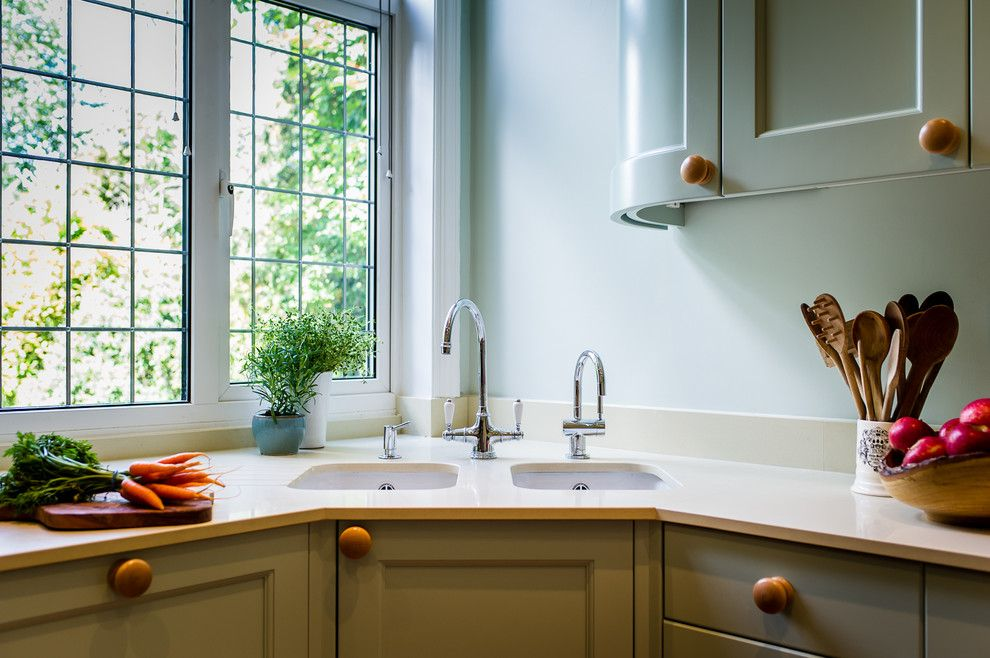 Угловая мойка в кухонном гарнитуре