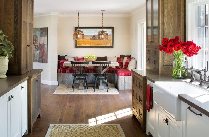 Обеденное место с диванчиком в кухне частного дома