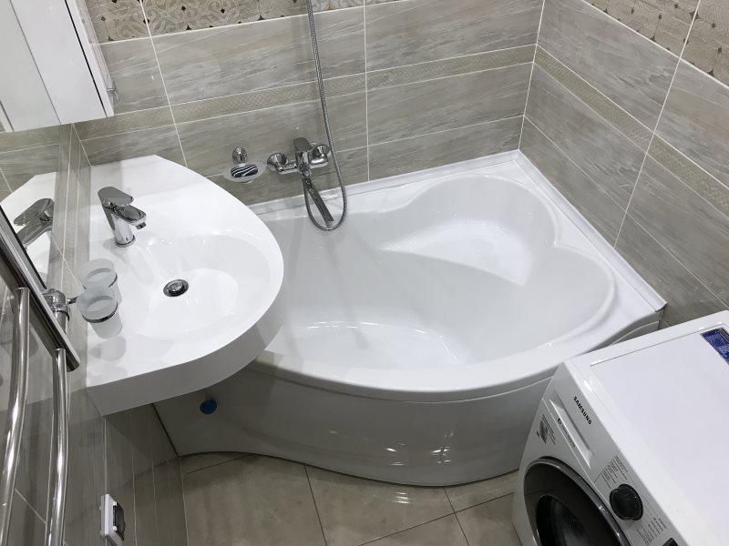 Компактная ванна угловой формы в небольшом санузле