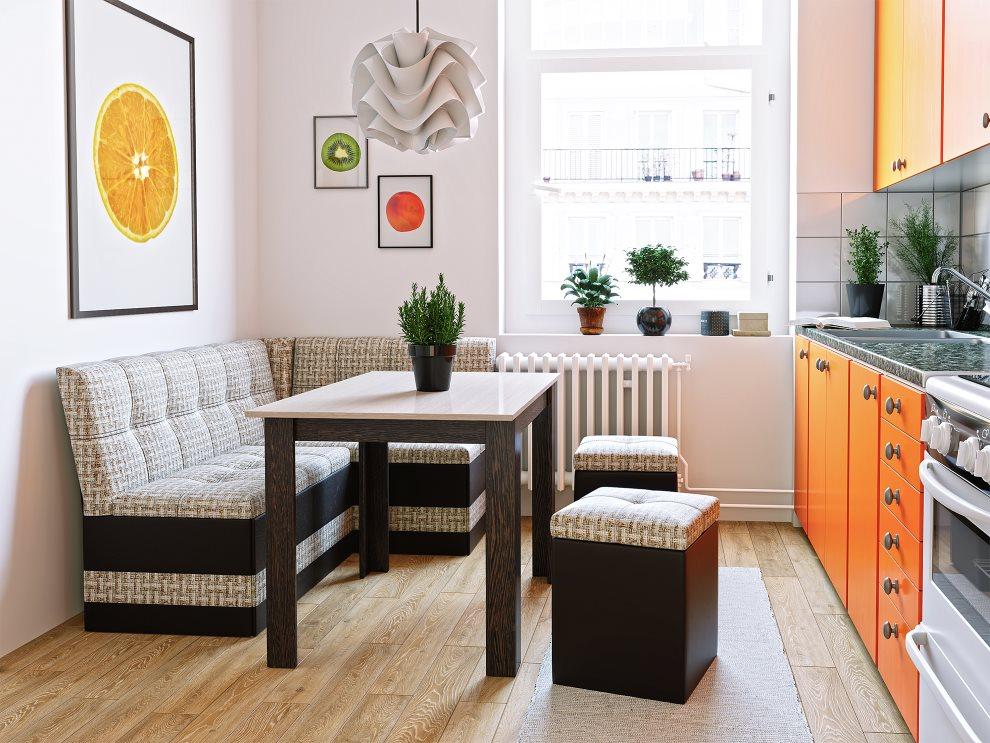Линейный гарнитур с оранжевыми фасадами