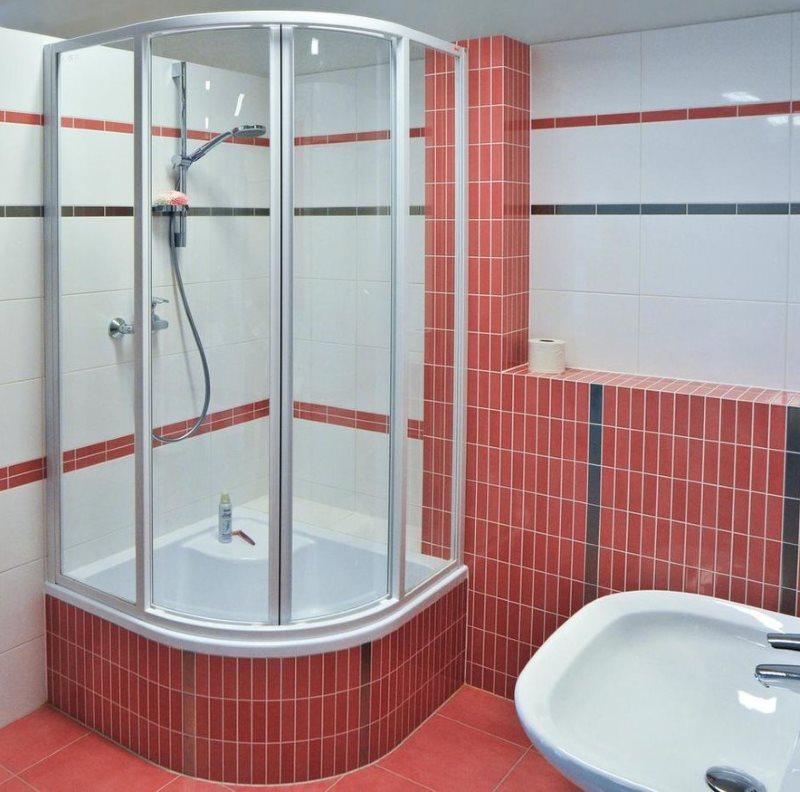 Угловой душ в ванной без туалета