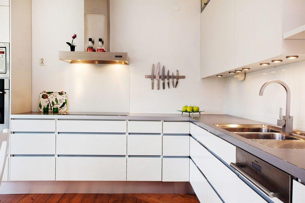 Угловая кухня в стиле минимализм с белыми фасадами
