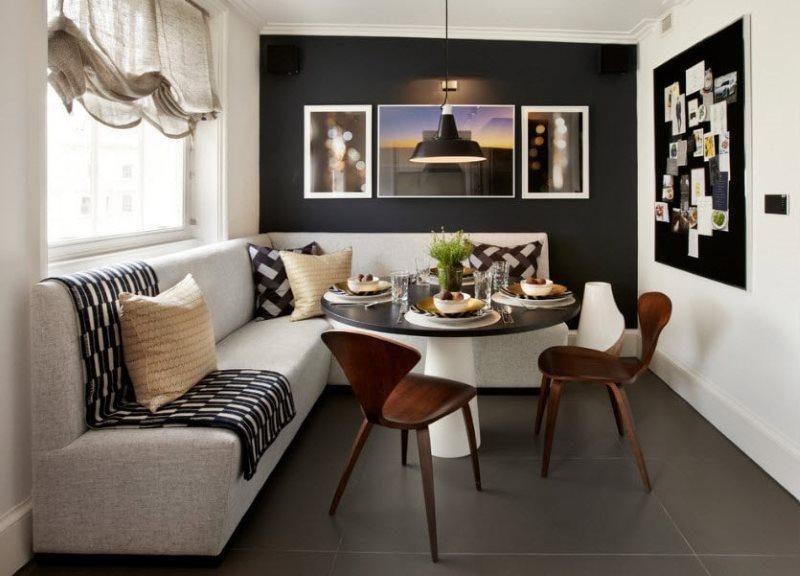 Черная стена кухни с угловым диваном