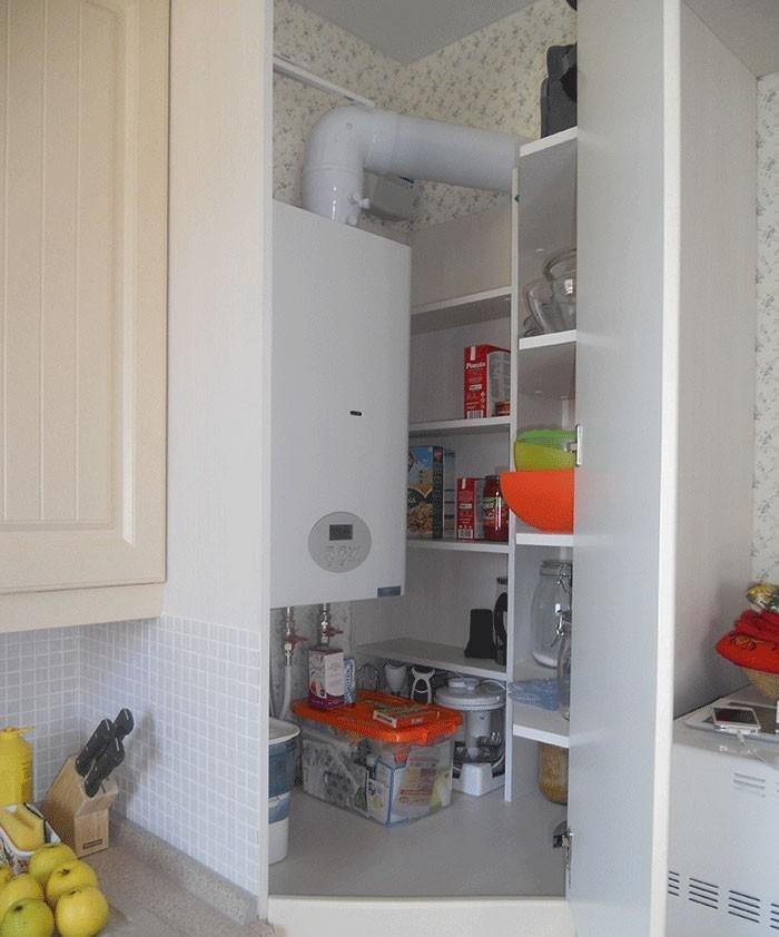 Полочки внутри угловой секции кухонного гарнитура