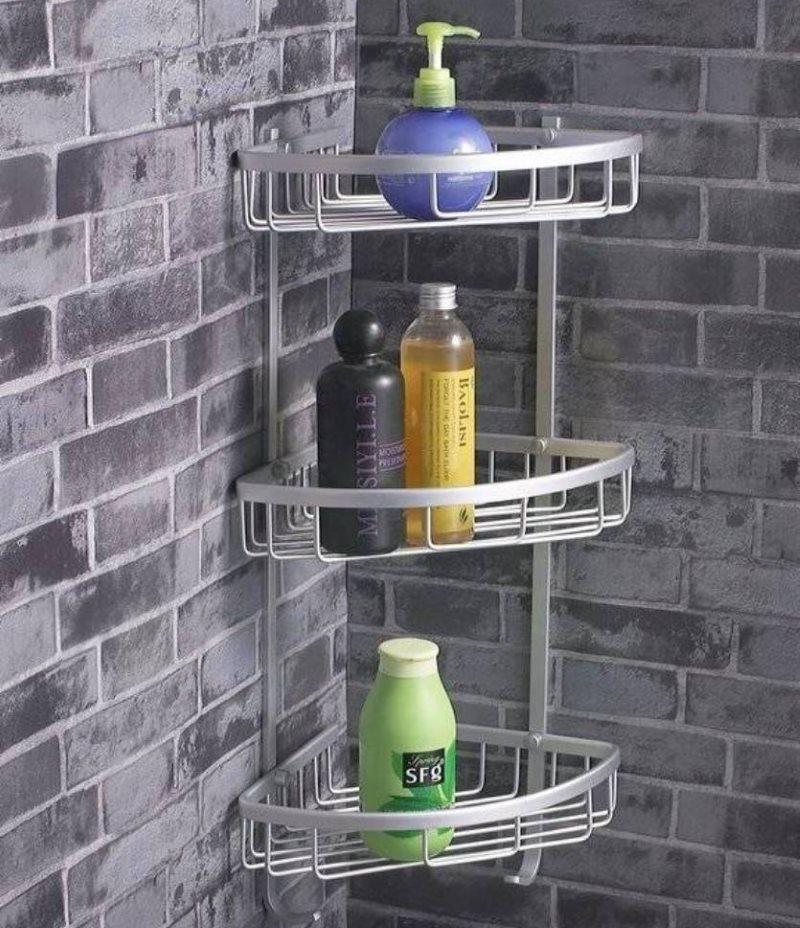 Туалетные принадлежности на угловой полке в ванной