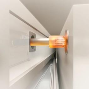 Толкатель за дверцей выдвижного ящика кухонного гарнитура