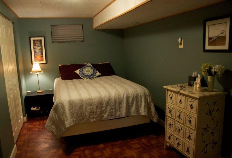 Спальня без окна с низким потолком