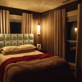 уютная спальня с кроватью у окна