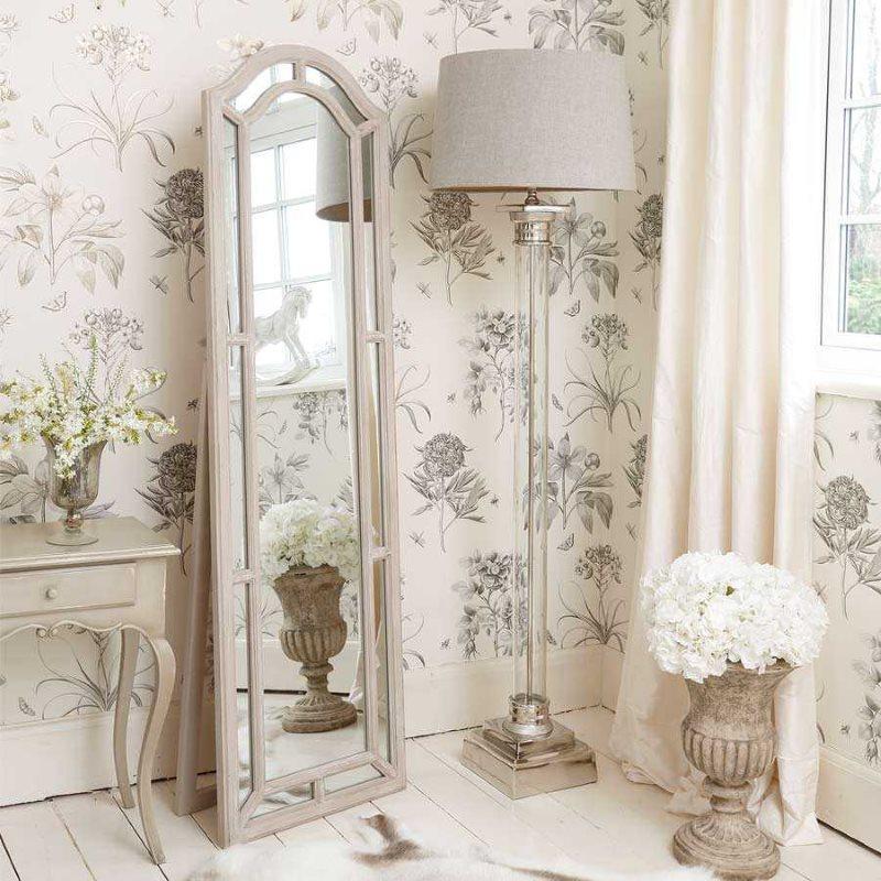 Узкое напольное зеркало в комнате квартиры в стиле прованс