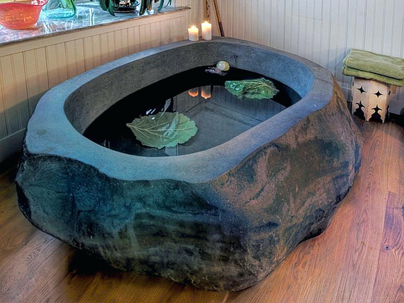 Гранитная ванна на деревянном полу из тика