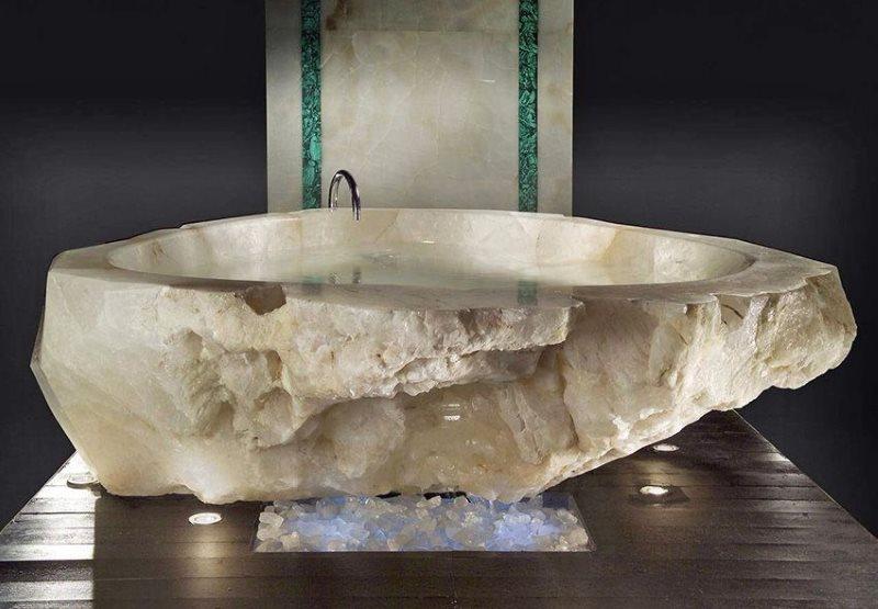Каменная ванна из природного мрамора на деревянном полу