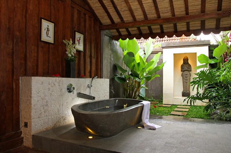 Каменная ванна в комнате восточного стиля