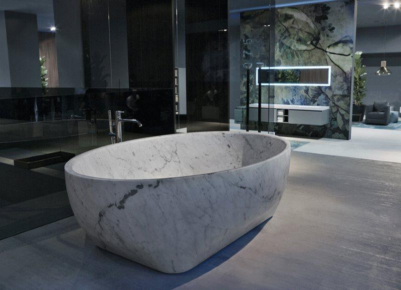 Ванна из искусственного камня посередине комнаты в частном доме